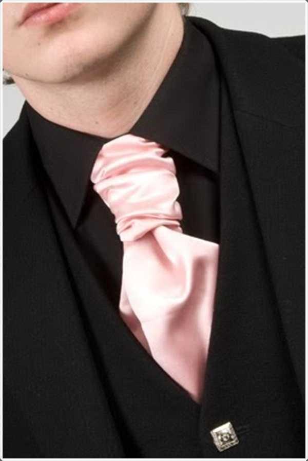 Contrastando su lazo de color rosa con un traje negro es ¡Una gran idea!