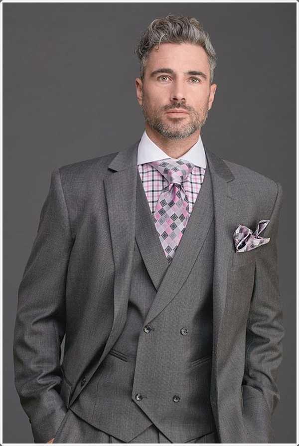 Este diseño elegante de la corbata a cuadros promueve la confianza