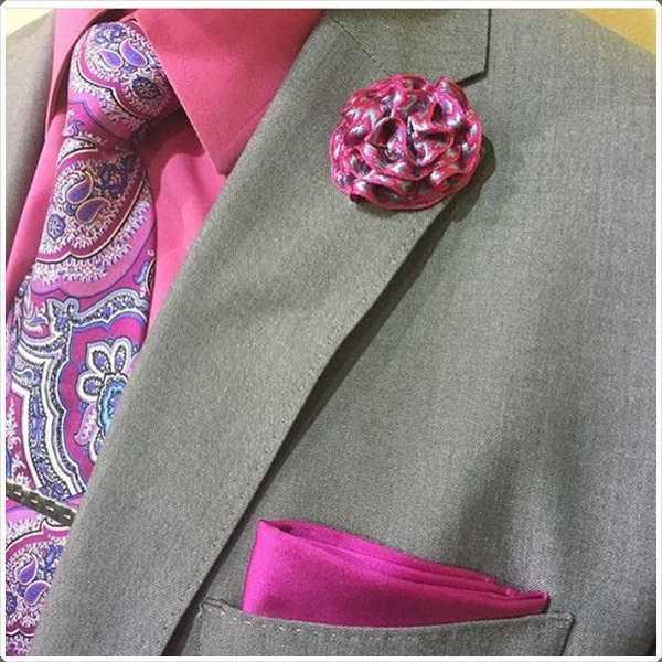 el diseño abstracto complementa la camisa de color rosa