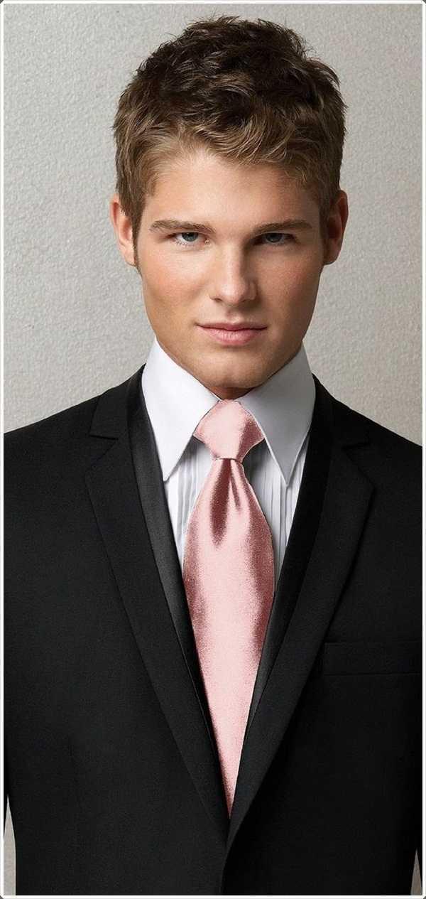 el traje oscuro complementa el lazo rosado muy bien