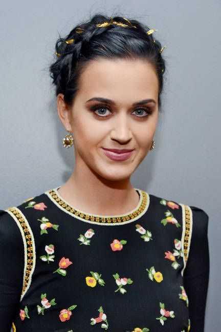 Katy Perry Corona trenza a través de