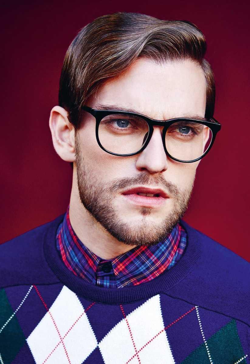mirada de los hombres con gafas de montura fuertes