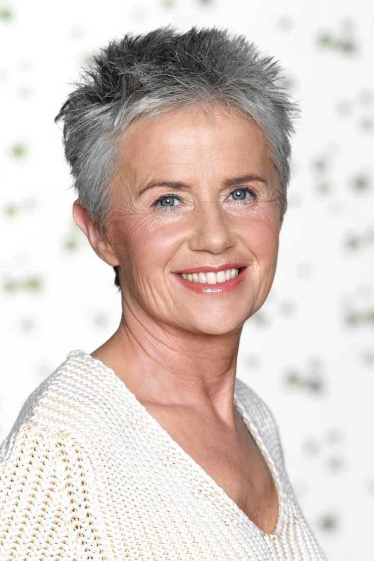 Cortes de pelo corto para las mujeres de más edad con el pelo gris