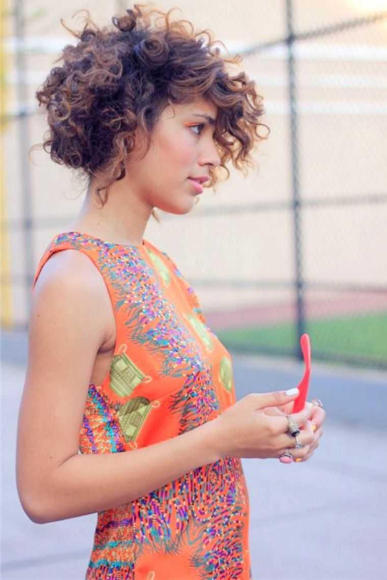 mujer de pelo corto y rizado cortado moderna tendencia