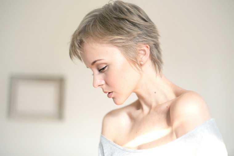 cabello de corte de la mujer gris idea tendencia moderna atajos