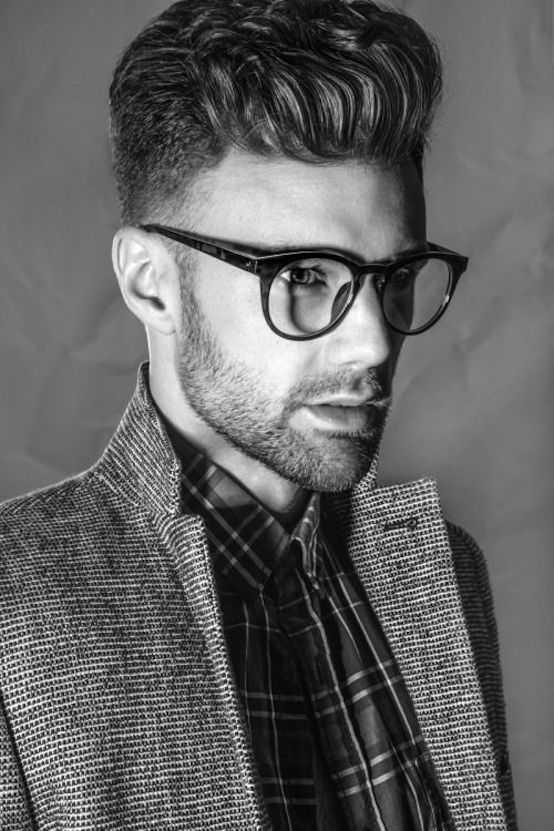 Hombres peinados con los vidrios