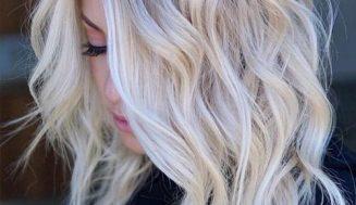 10 mejores peinados hasta los hombros: flequillo ondulado